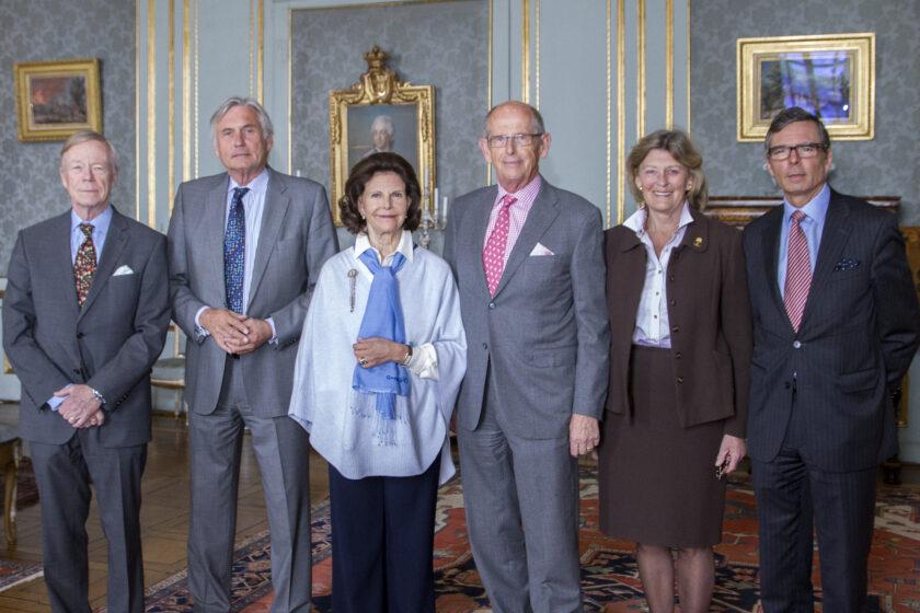 Drottningen tillsammans med stiftelsens styrelse f.v. Carl-Gustaf Piehl, Mats Dellham, Olof Stenhammar, Kirstine von Blixen-Finecke och Jan Lindman. Foto: Kungahuset.se