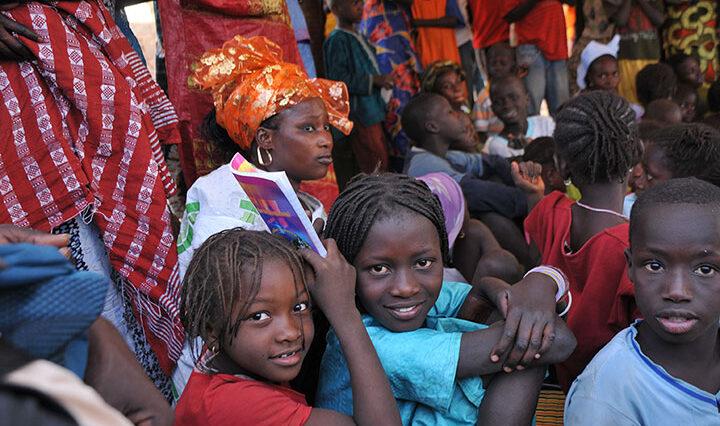 Bild 1 Girls-in-Crowd-Fouta-SN