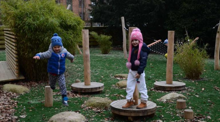 Glada barn på lekplats